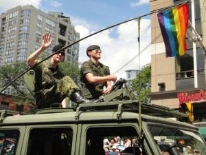 パレードに参加するカナダ軍のフロート