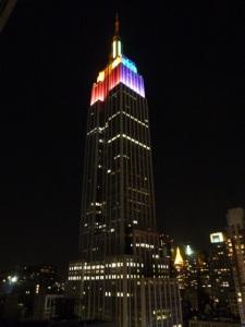 レインボーに輝くNYのエンパイア・ステート・ビルディング