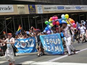 同性結婚支持者のオバマ大統領に対し、「NYはオバマを誇りに思う」と掲げる支援者