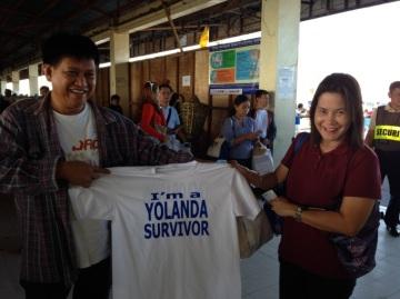 空港で会ったご夫婦。「I 'm a Yolanda Survivor」と書いたオリジナルTシャツを作り近所の人に配って励ましているという。