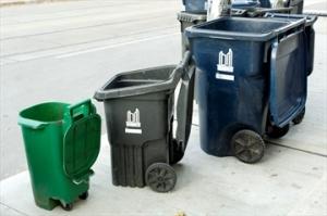 トロント住民に配布されるゴミ箱。左から生ゴミ用、普通のゴミ用、リサイクル用。生ゴミは毎週、普通のゴミとリサイクルはそれぞれ隔週に集められる。