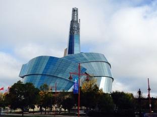 街の中心部近く、歴史保存地区の隣に建てられた人権博物館。真ん中の突き出ているところは「希望の塔」という名の展望室になっており、ウィニペグ市街の様子が一望できる。