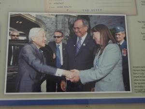当時の副総督と握手する天皇陛下