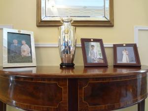 天皇皇后両陛下/久子妃の写真が飾られている来賓のためのリビングルーム