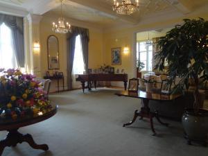 皇后陛下が弾かれたピアノが奥に見える