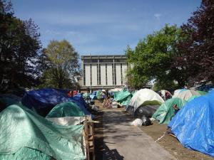 BC州裁判所を背に並ぶホームレスのテント群